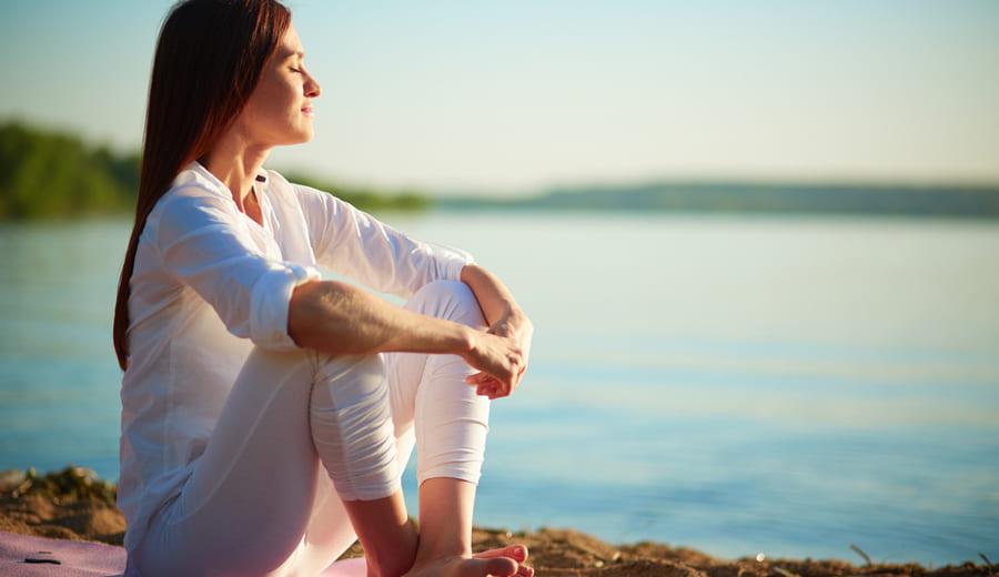 Девушка медитирует и занимается йогой