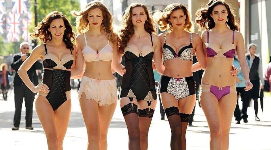 девушки в красивых комплектах белья