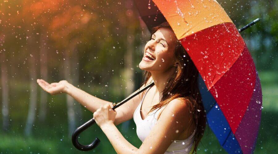 Девушка гуляет под дождем