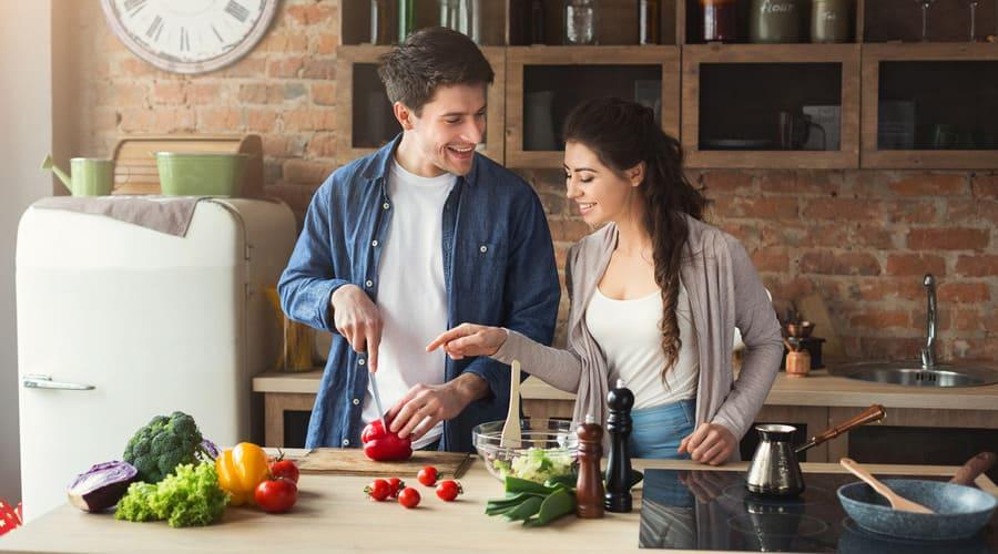 Организация совместного быта: мужчина и женщина готовят
