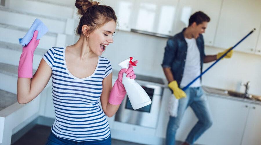 Пара вместе занимается домашними делами